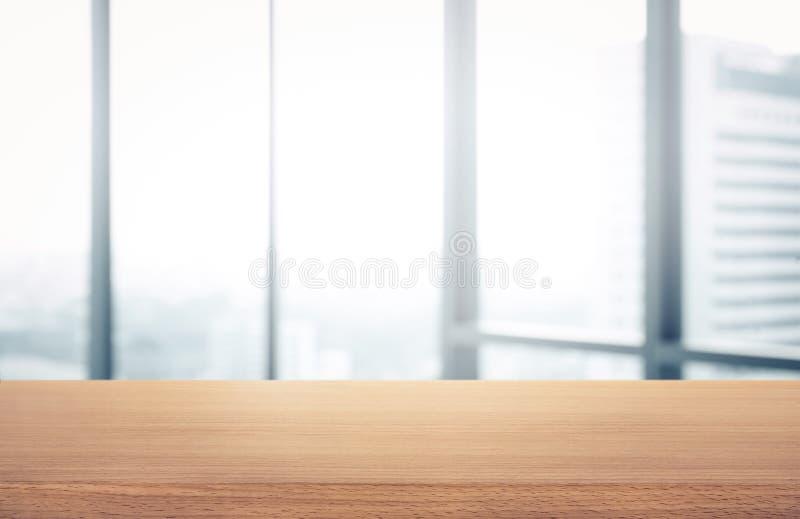 空的木桌有迷离室办公室和窗口城市视图 免版税库存图片