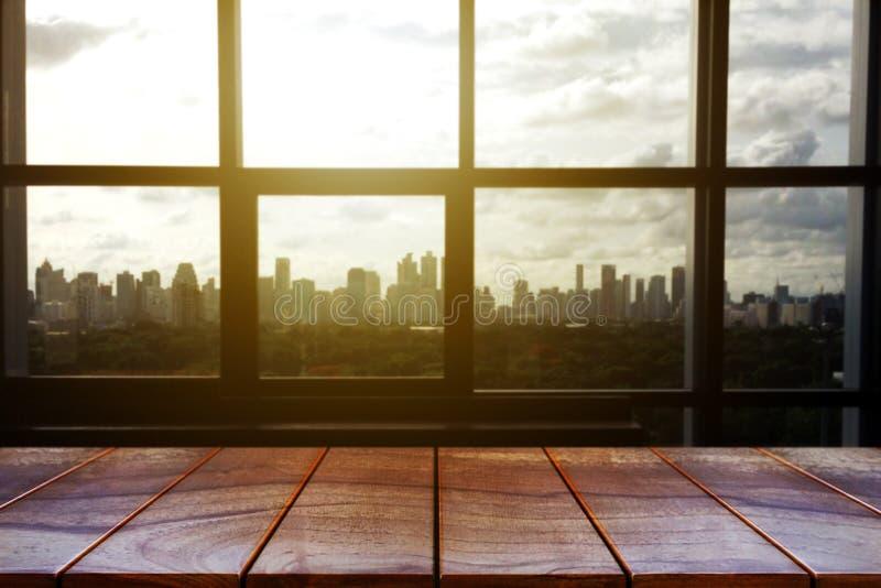 空的木桌空间站和被弄脏的城市背景产品显示蒙太奇的 免版税库存图片