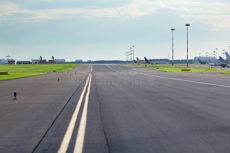 空的机场路 免版税库存图片
