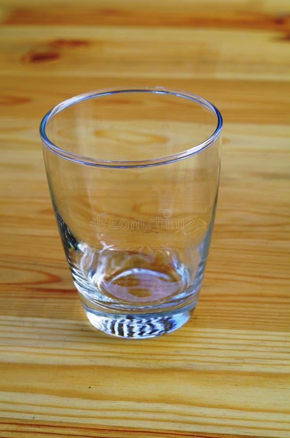 空的杯一张木桌 免版税库存照片