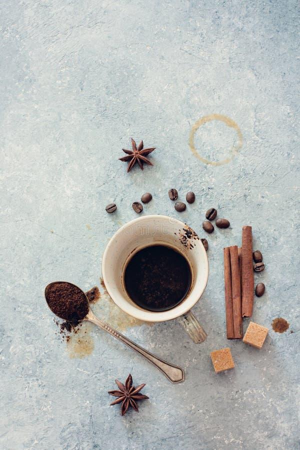 空的杯无奶咖啡、咖啡豆、红糖和Cinnamo 库存图片