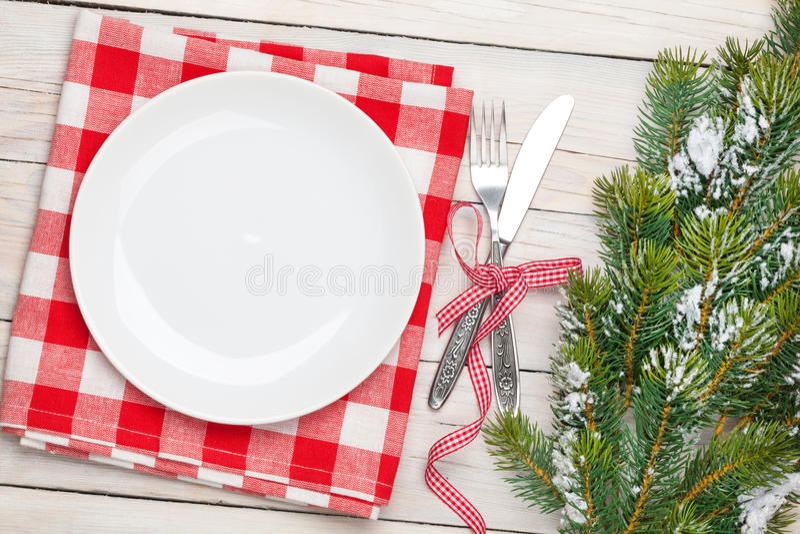 空的板材、银器和圣诞树 免版税图库摄影