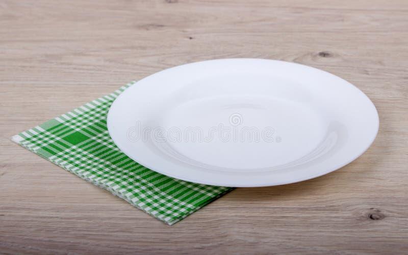 空的板材和餐巾 免版税库存照片