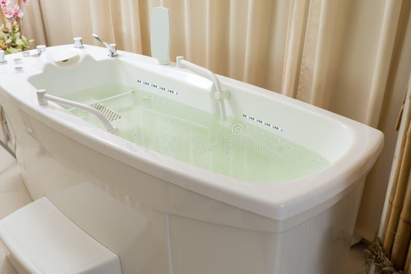 空的极可意浴缸,木盆用在温泉的水填装了 免版税库存照片