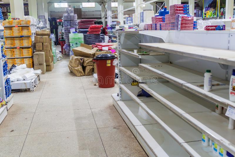 空的架子在委内瑞拉超级市场 免版税库存图片