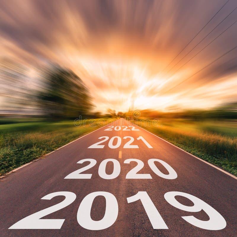 空的柏油路和新年2019年概念 驾驶在empt 免版税库存照片
