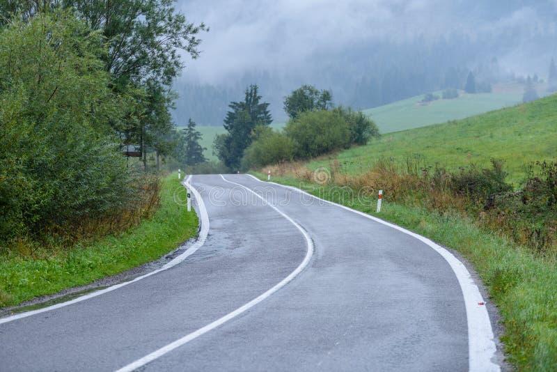 空的柏油路在乡下在秋天 免版税图库摄影