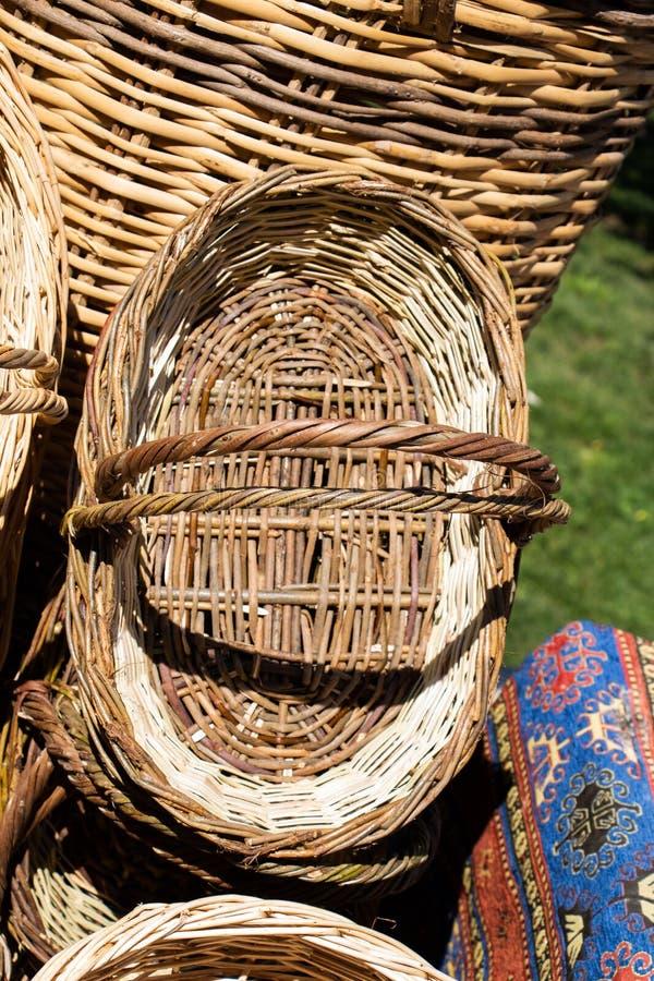 空的柳条筐待售在市场 免版税库存照片