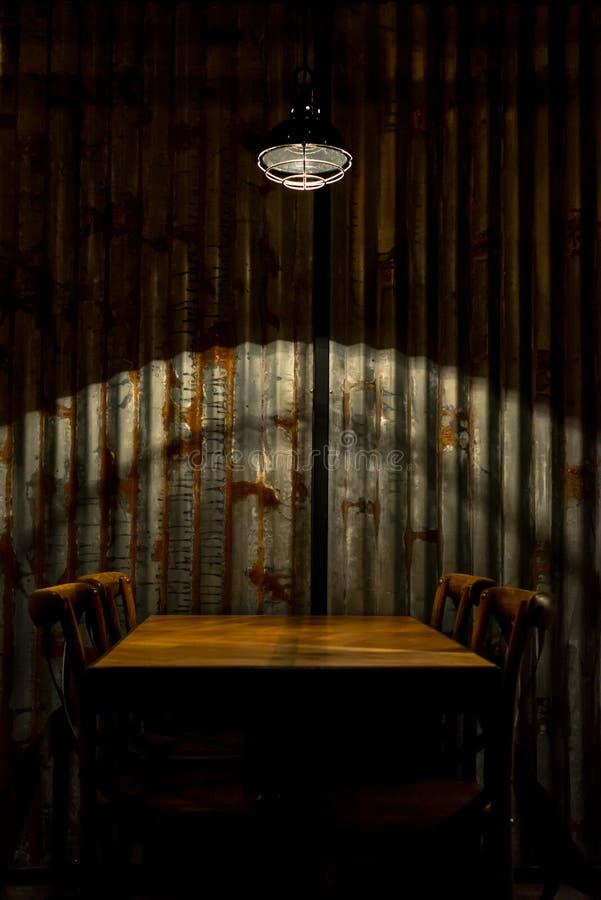 空的桌和椅子在一lamo下在resrauramt 库存照片