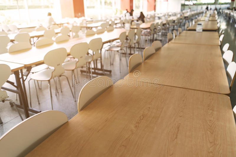 空的桌和椅子在军用餐具 免版税库存图片
