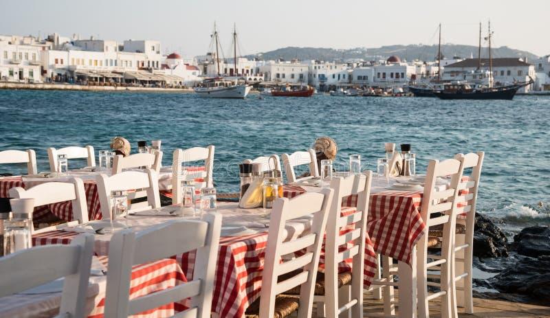 空的椅子和桌在希腊餐馆,米科诺斯岛海岛Gre 免版税库存图片