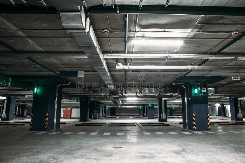 空的汽车地下停车库内部里面在公寓或在购物中心或超级市场 免版税图库摄影