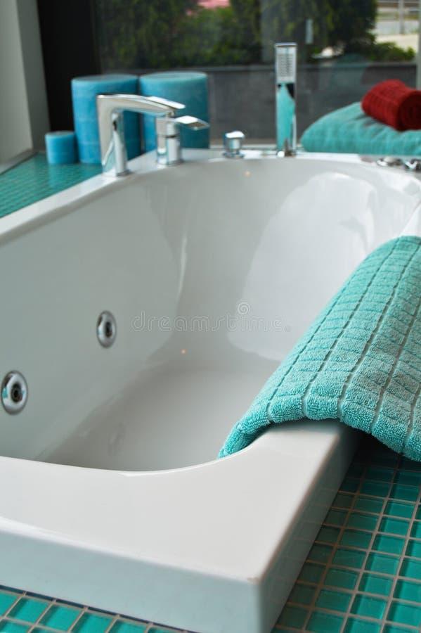 空的浴缸在一个豪华卫生间里 免版税库存图片