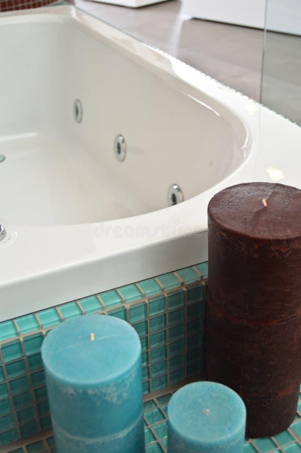 空的浴缸在一个豪华卫生间里 免版税库存照片