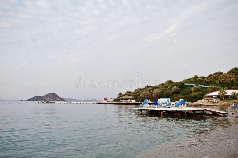 空的海滩在博德鲁姆,土耳其 天空蔚蓝,白色沙子,放松,潜航和休息的梦想假日地方 免版税库存图片