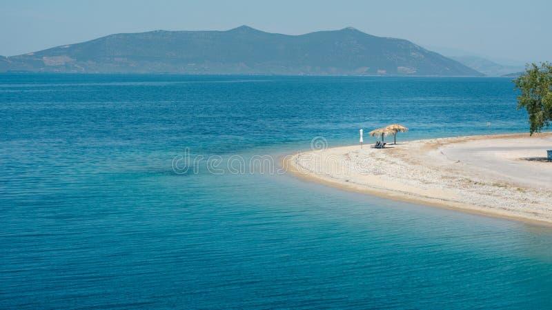 空的海滩在有一个遮光罩的希腊 库存照片