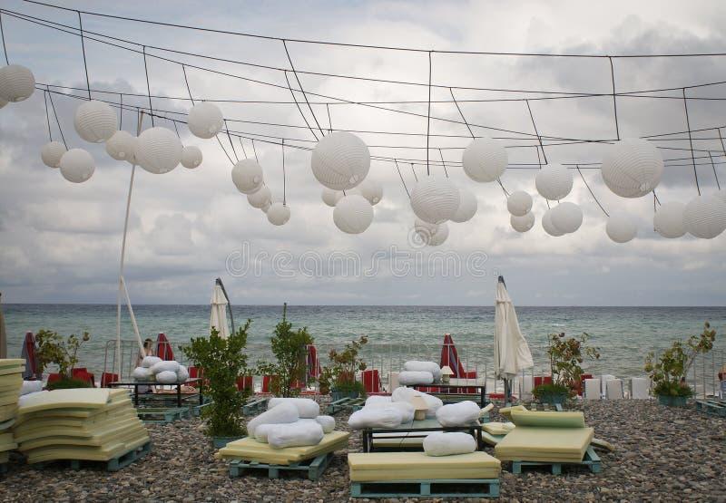 空的海滩餐馆在季节以后 免版税库存照片