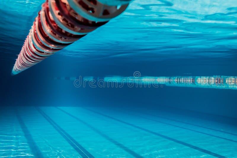 空的游泳池的水下的图片 图库摄影