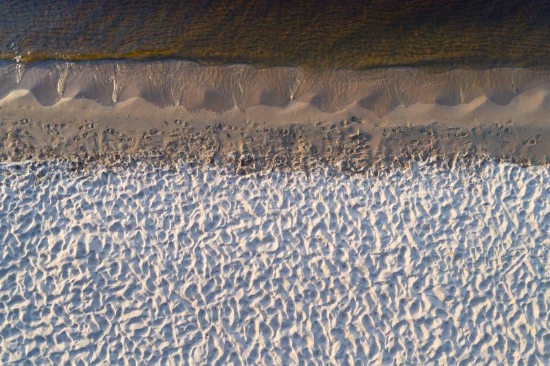 空的湖岸鸟瞰图  库存图片
