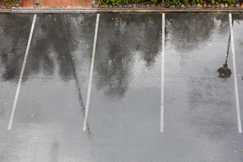 空的湿停车场在雨中 库存图片