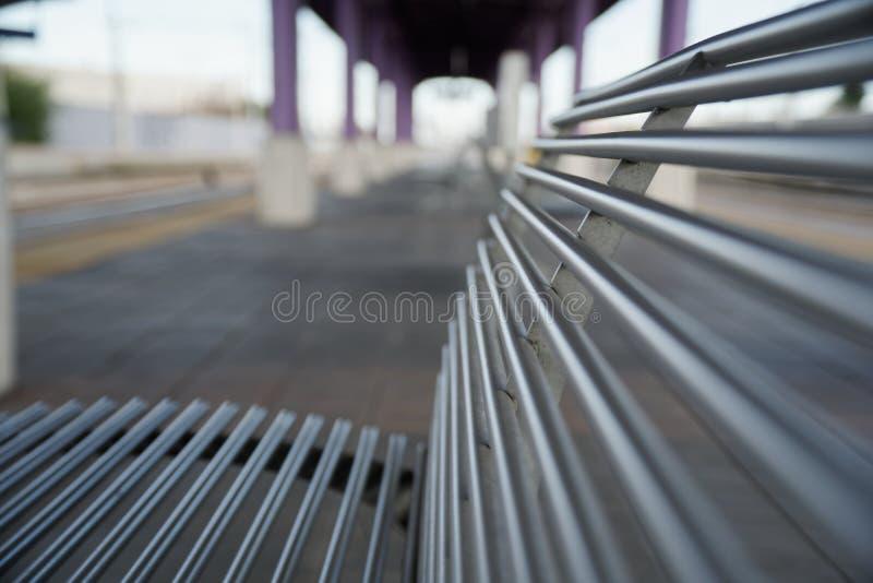 空的火车站、铁椅子或者长凳在空的平台 免版税库存图片