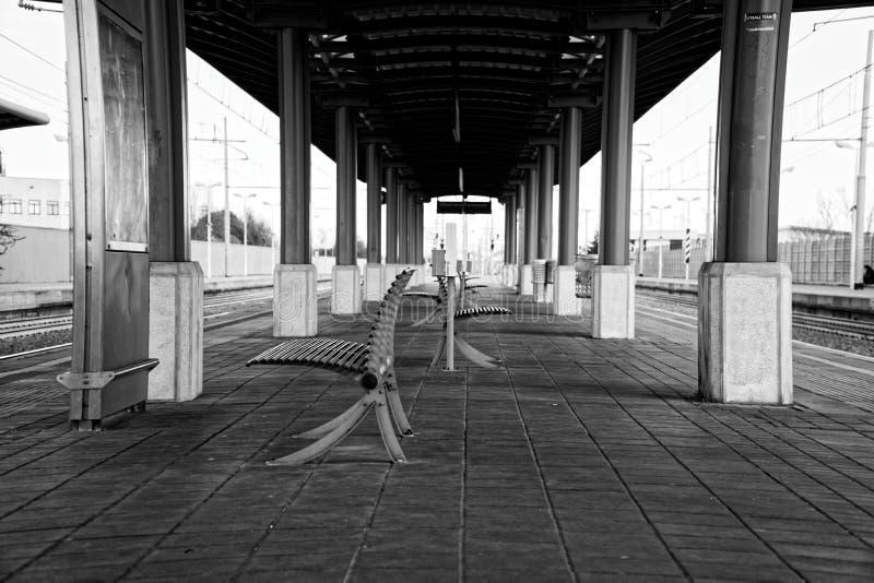 空的火车站、铁椅子或者长凳在空的平台 库存照片