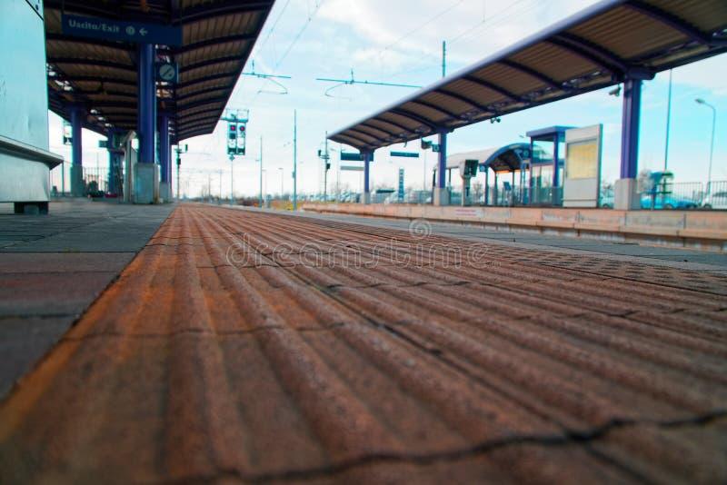 空的火车站和离开的平台 免版税库存照片