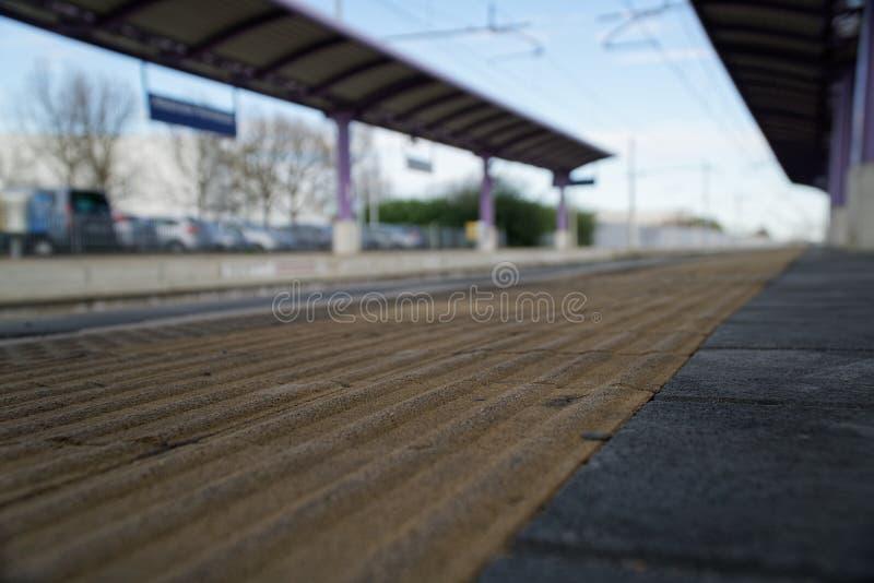空的火车站和离开的平台 库存图片
