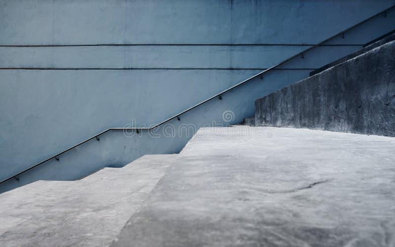 空的灰色具体楼梯,现代水泥工业顶楼样式 侧视图和选择聚焦 免版税库存照片