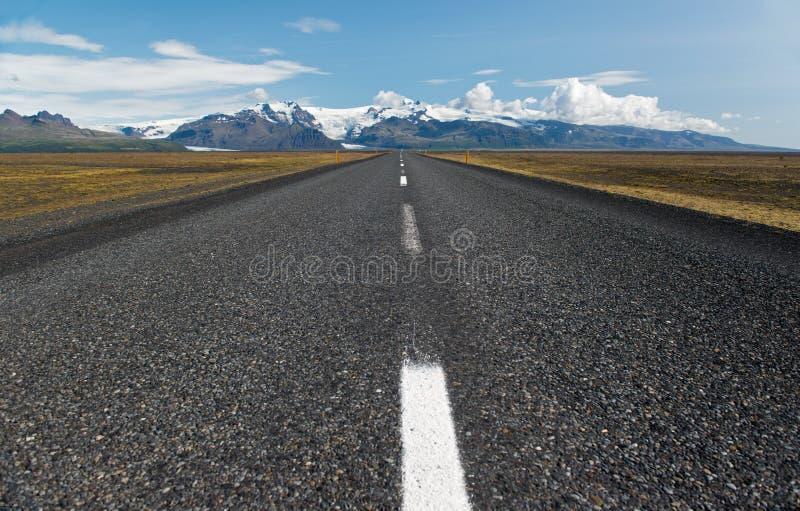 空的灰色柏油路,冰岛 免版税库存照片