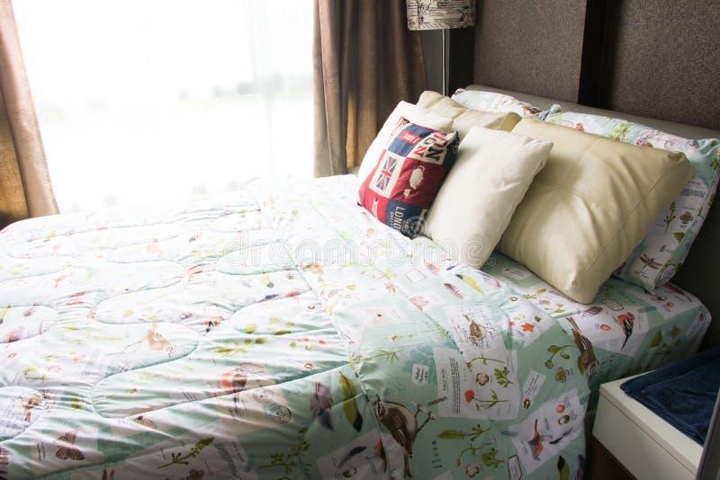 空的现代床在卧室 图库摄影