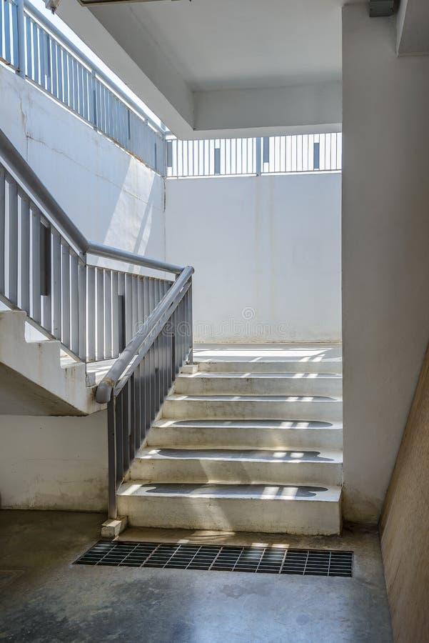 空的现代大厦楼梯 免版税库存照片