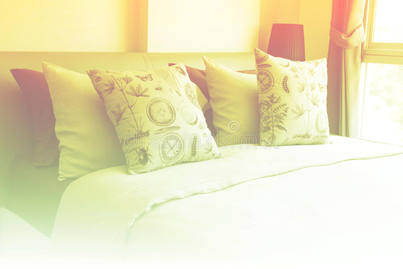 空的现代床在卧室 库存照片