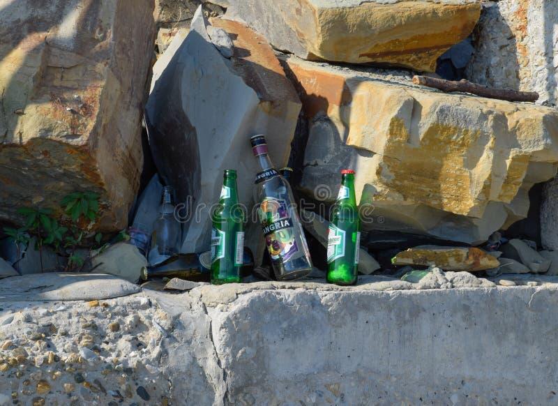 空的瓶酒精 人们被留下的垃圾 海滩新罗西斯克 免版税库存图片