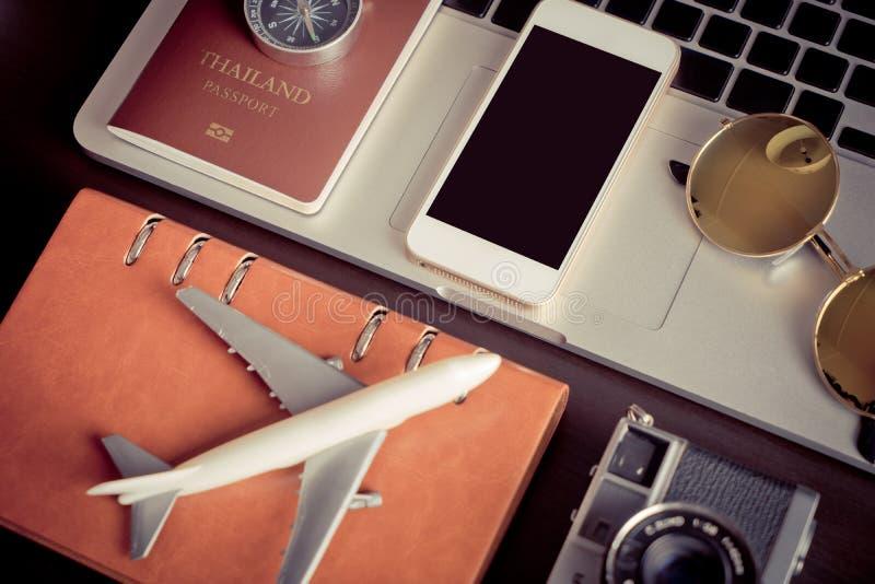 空的电话屏幕嘲笑在旅行博客作者运转的书桌上 库存照片