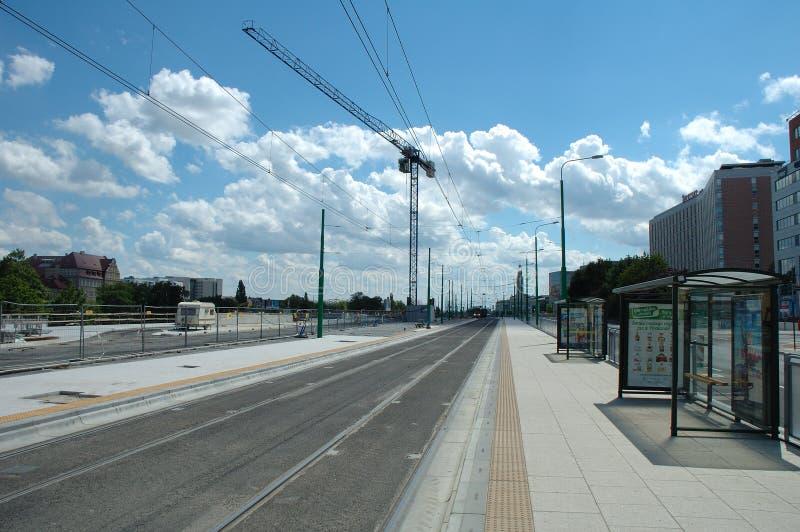 空的电车中止、轨道和起重机在波兹南,波兰 库存照片