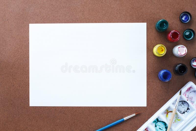 空的画纸和颜色在木板 免版税图库摄影