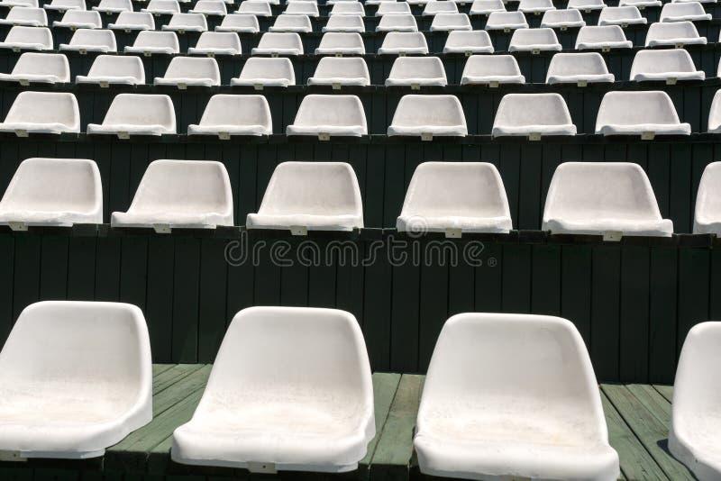 空的白色扶手椅子行在娱乐的一个开放大厅里在一次暑假时 免版税库存照片