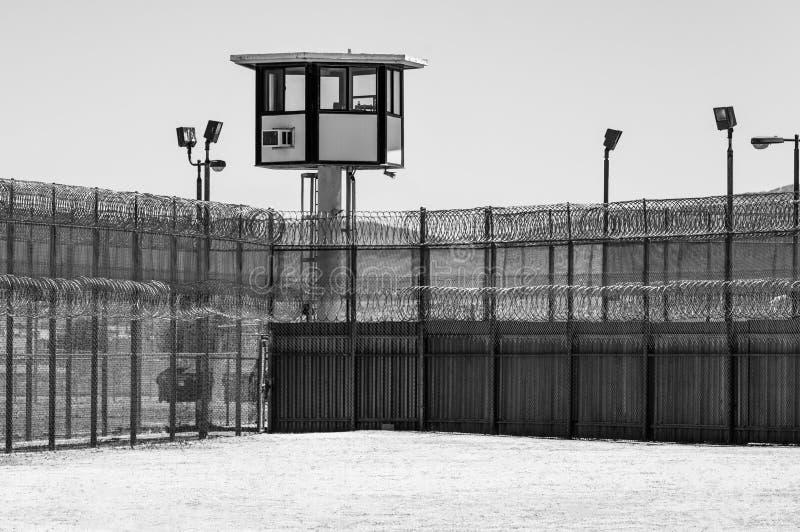 空的监狱院子与在黑白的警卫塔 图库摄影