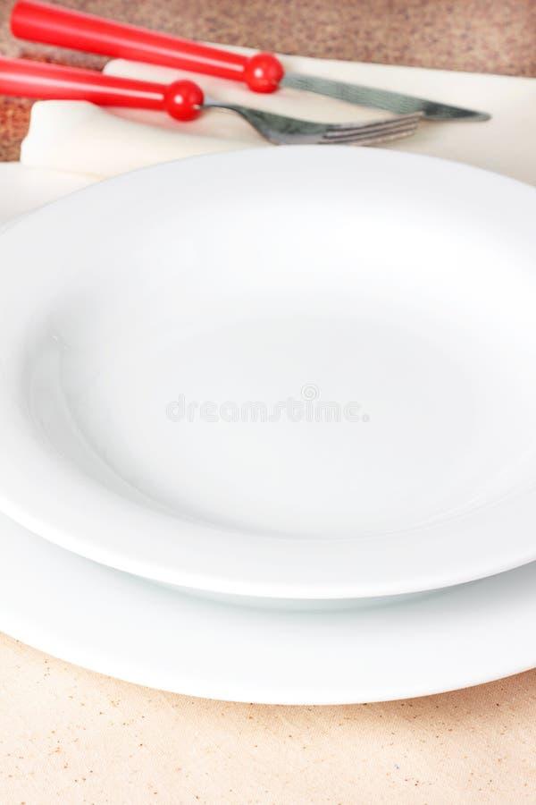 Download 空的碗 库存图片. 图片 包括有 刀子, 用餐, 厨房, 叉子, 空间, 红色, 牌照, 空白, 垂直, 餐巾 - 30327969