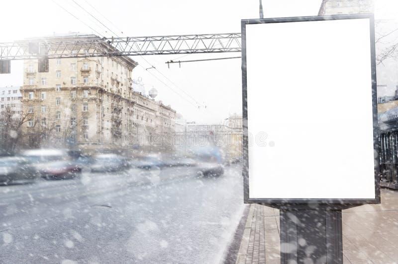 空的空白的广告牌在降雪的冬天,圣诞节介绍设计 库存照片