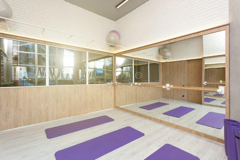 空的空间在健身俱乐部,瑜伽席子 库存图片