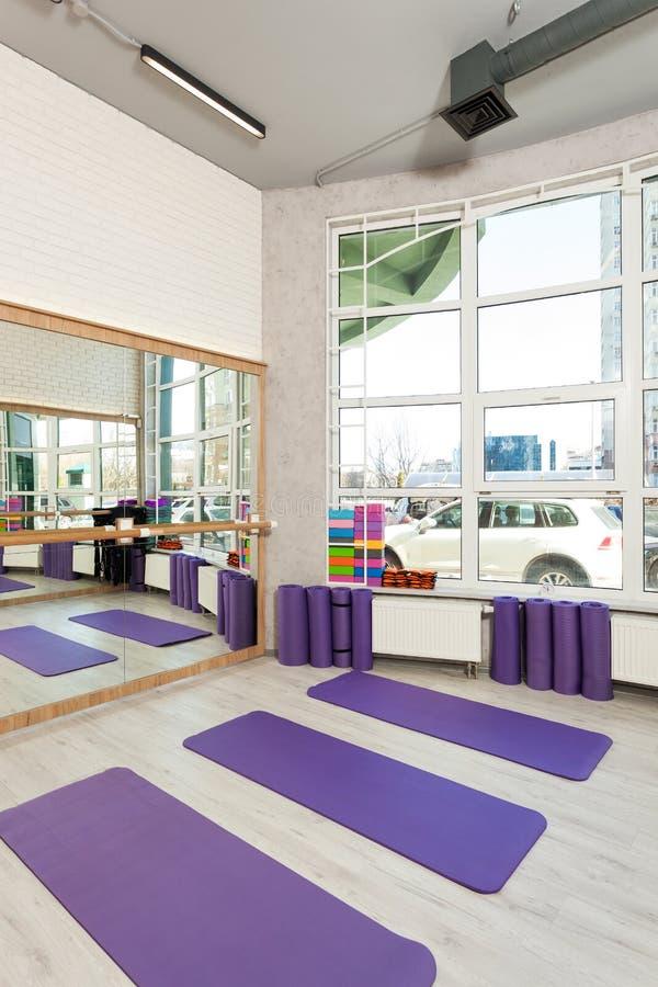 空的空间在健身俱乐部,瑜伽席子 库存照片
