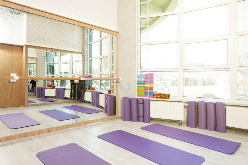 空的空间在健身俱乐部,瑜伽席子 免版税库存图片