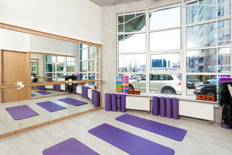 空的空间在健身俱乐部,瑜伽席子 图库摄影