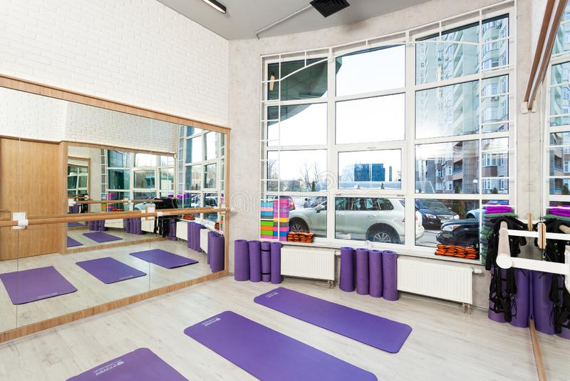 空的空间在健身俱乐部,瑜伽席子 免版税库存照片