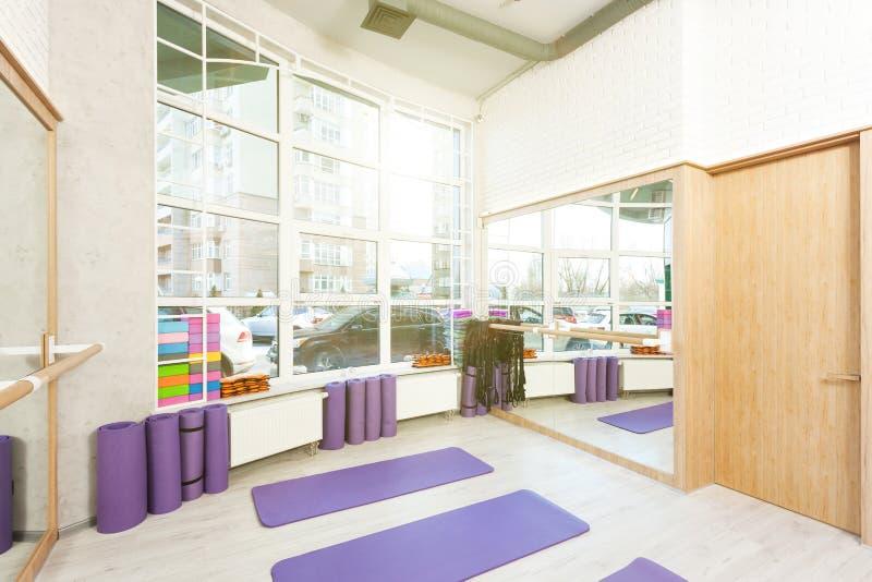 空的空间在健身俱乐部 免版税库存照片