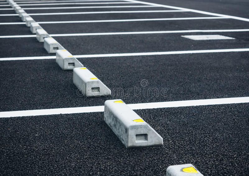 空的空间停车场室外停车场 免版税库存图片
