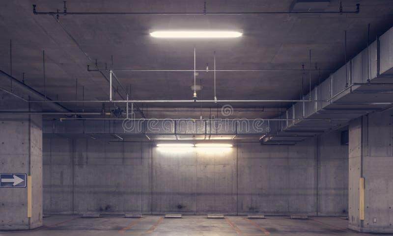 空的空间地下汽车停车场 免版税库存图片