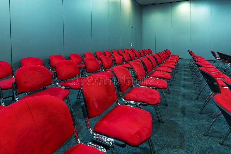 空的红色位子在会议室 免版税库存图片